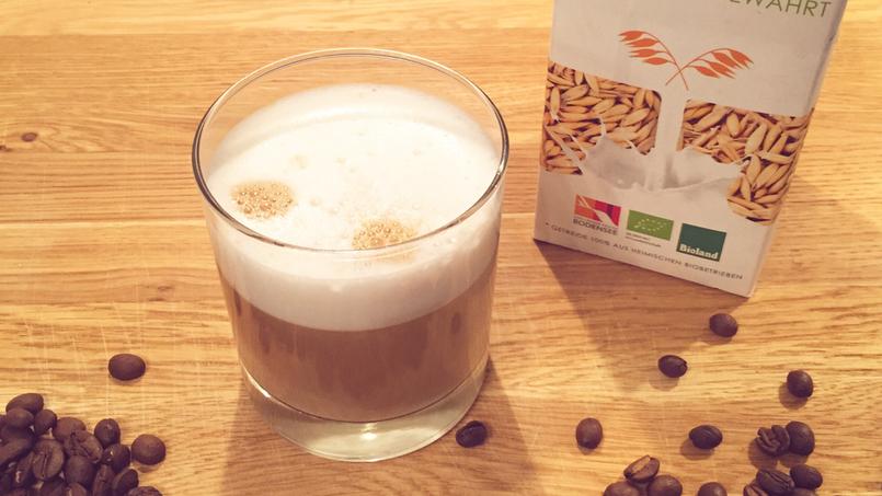 Hafermilch als Milchersatz für Kaffee