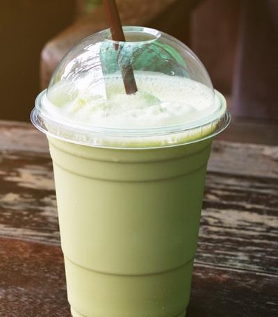 Matcha Latte vegan als Kaffee Ersatz mit pflanzlicher Milch