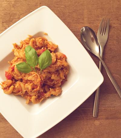 Veganes Gericht aus Nudeln, Reis und Linsen