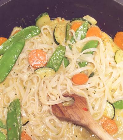 Vegane asiatische Reisnudeln mit Karotten und Zuckerschoten