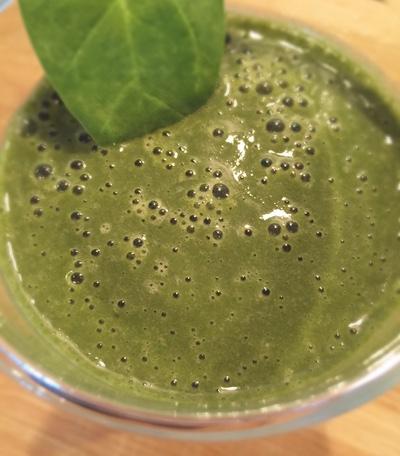 Grüner Smoothie aus Hanf und Kakao