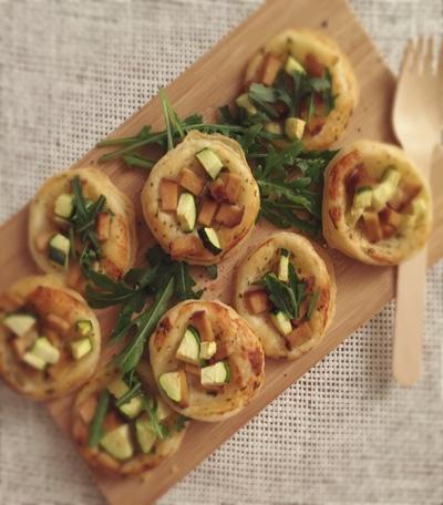 Mini Pizzen mit Zucchini und Räuchertofu aus Blätterteig