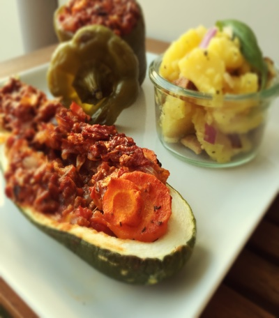 Vegane gefüllte Paprika und Zucchini mit Sojageschnetzltem
