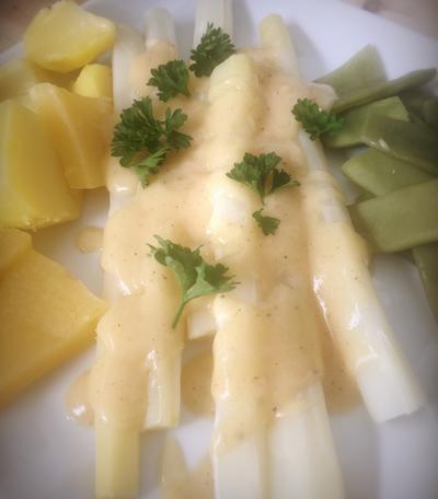 Vegane Sauce Hollandaise mit Spargel