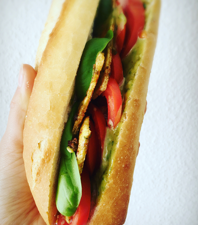 Schnell, einfach und vegane: Das Tomaten Mozzarella Sandwich mit Basilikumpesto