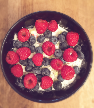Vegane-Fruehstuecks-Bowl-mit-Fruechten
